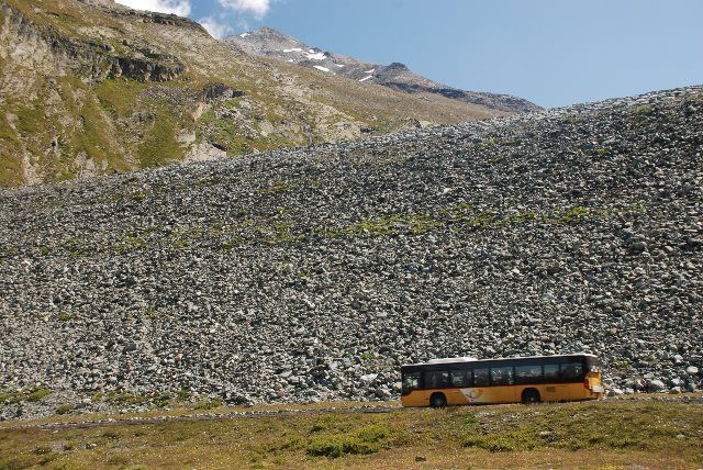 El bus postal ante el muro natural de Mattmark
