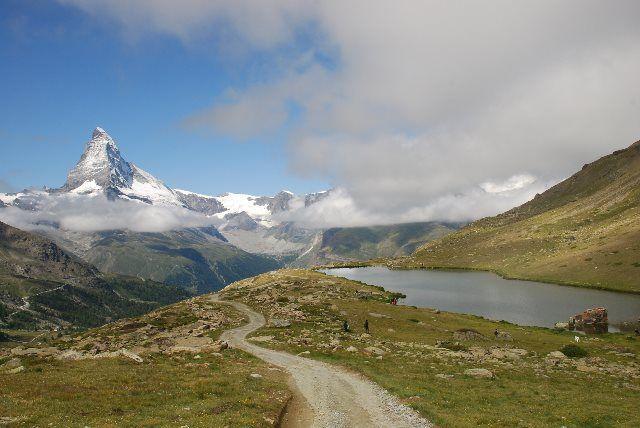 El lago Stellisee desde el camino hacia Fluealp