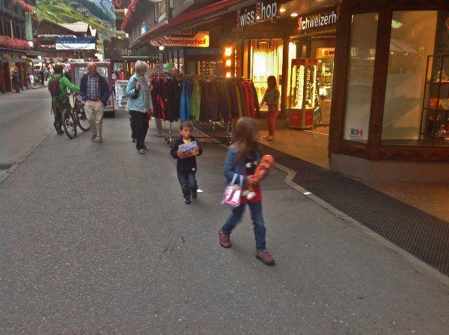La bahnhof Straße en Zermatt