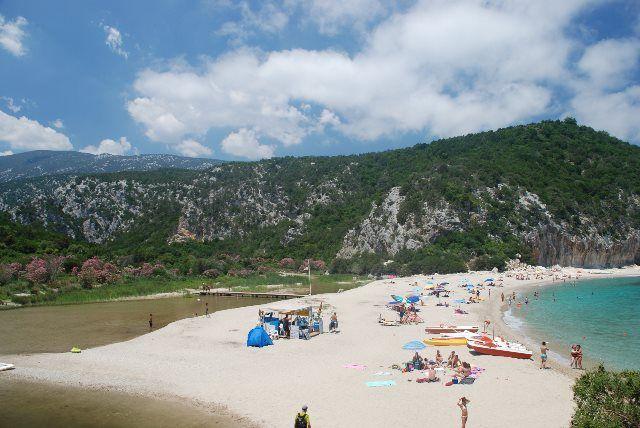 Estrecha franja de arena en Cala Luna_