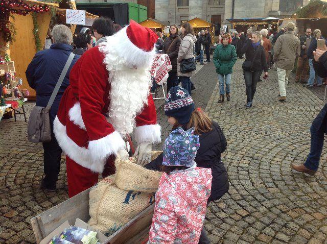 Papa Noel visita el mercado navideño de St.Blasien