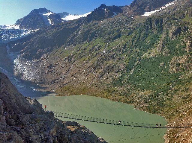 El puente colgante ante el glaciar Trift