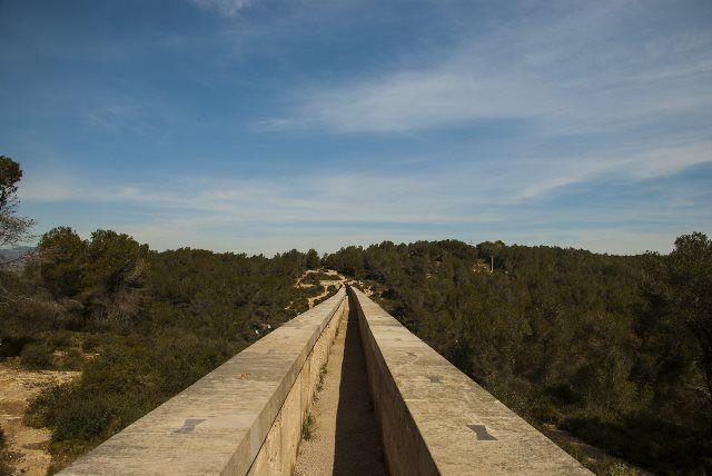 Cruzando el acueducto de las Farreras