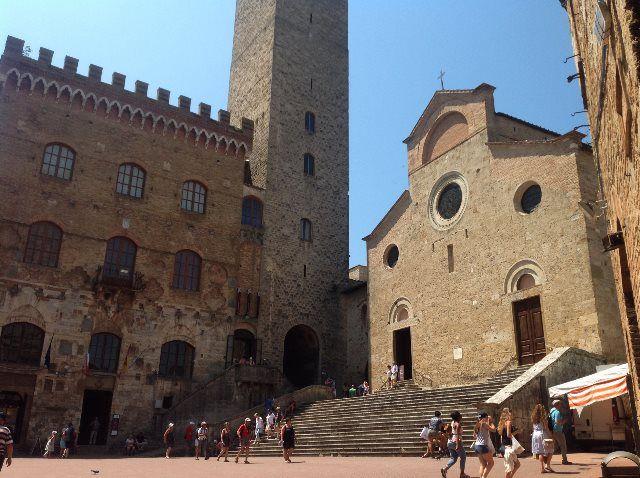 Palazzo Comunale e iglesia de Santa María Asunta