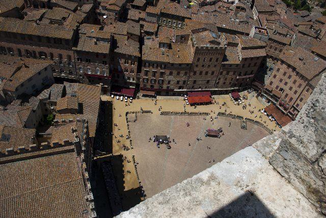 Imponente vista de la Plaza del Campo desde lo alto de la Torre Mangia