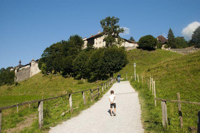 Camino que sube al castillo de Gruyères