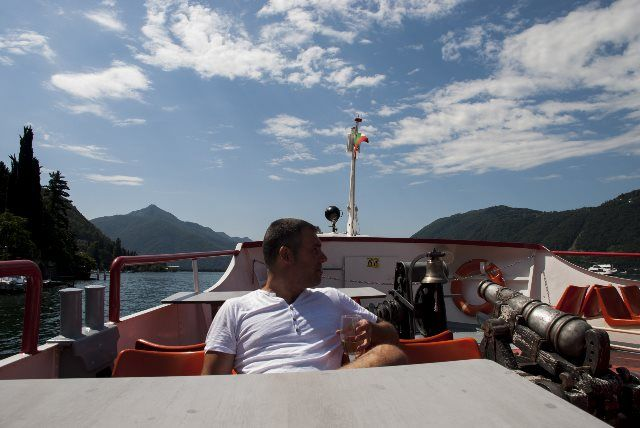 Disfrutando de un vino en el lago Lugano