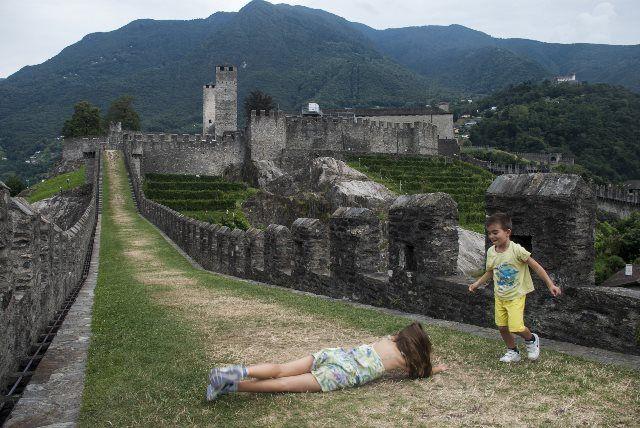 Jugando en los castillos de Bellizona