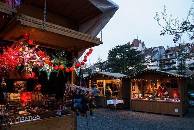 Chalets del mercado de Navidad en Thun
