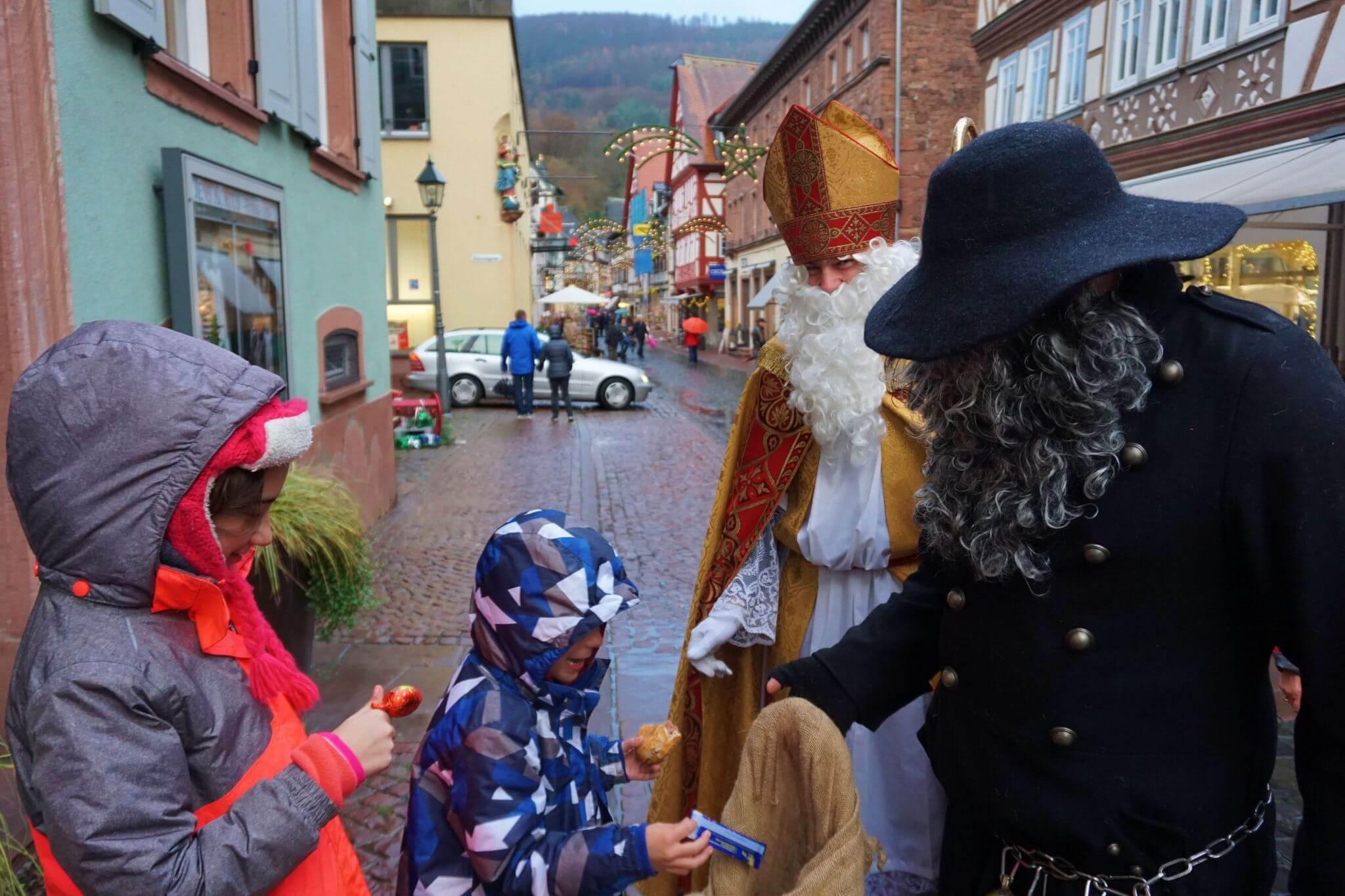 San Nikolaus y su acompañante visitan Miltenberg